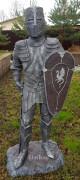 Садовая скульптура «Рыцарь щит вверху»