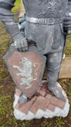 Садовая скульптура «Рыцарь щит внизу»
