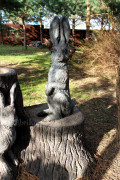 Фигура для сада «Зайцы на пне (цветник)»