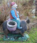 Скульптура для сада «Свинопас с кашпо (Цветник)»
