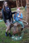 Садовая фигурка «Свинопас с кашпо (Цветник)»