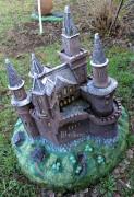 Фигура для сада — Декоративная крышка люка «Замок»